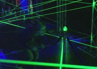 Kind speelt Laserdoolhof